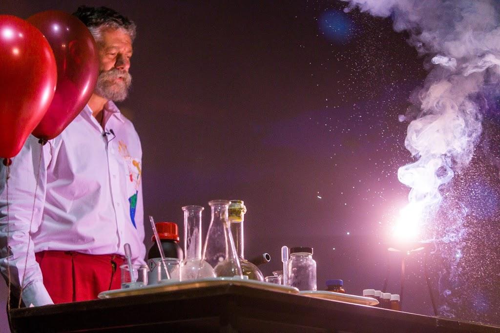 Dr. Róka András kísérletezik a londoni Science on Stage fesztivál nagyszínpadán